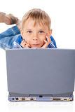Smiley Five Years Old Boy mit Laptop Stockbild