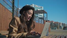 Smiley flicka som skriver ett meddelande till vänner på PC stock video
