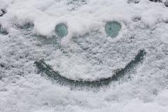 Smiley framsida på snöyttersida slitage vit vinter för härlig stående för begreppsklänningflicka royaltyfri foto