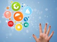 Smiley gais de doigt avec l'icône colorée de bulle de voyage de vacances Photo stock