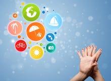 Smiley gais de doigt avec l'icône colorée de bulle de voyage de vacances Photographie stock libre de droits