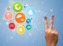 Smiley gais de doigt avec l'icône colorée de bulle de voyage de vacances Photographie stock