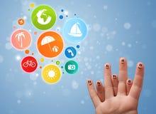 Smiley gais de doigt avec l'icône colorée de bulle de voyage de vacances Image stock