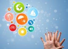 Smiley gais de doigt avec l'icône colorée de bulle de voyage de vacances Images libres de droits
