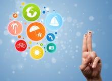 Smiley gais de doigt avec l'icône colorée de bulle de voyage de vacances Photos libres de droits
