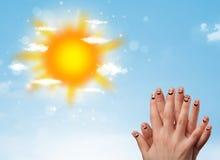 Smiley gais de doigt avec l'illustration lumineuse du soleil et de nuages Images stock