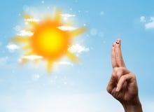 Smiley gais de doigt avec l'illustration lumineuse du soleil et de nuages Image stock