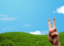 Smiley gais de doigt avec le paysage de paysage au fond photographie stock libre de droits