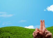 Smiley gais de doigt avec le paysage de paysage au fond Photo stock
