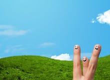 Smiley gais de doigt avec le paysage de paysage au fond Image libre de droits