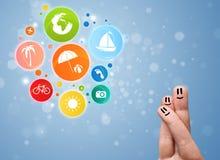 Smiley gais de doigt avec les icônes colorées de bulle de voyage de vacances photos stock