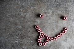 Smiley gemacht von den Süßigkeiten mit Herzen Stockfoto