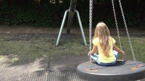 Smiley Girl Swinging Outdoor feliz, criança que joga nas crianças 4K do parque do campo de jogos video estoque