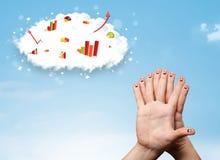Smiley heureux de doigt avec des icônes de nuage de graphique dans le ciel Photographie stock