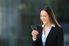 Smiley kierownictwo używa telefon komórkowego na ulicie Zdjęcie Stock