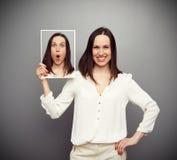 Smiley kobieta chuje jej zdumienie zdjęcie stock