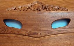 Smiley legnoso con gli occhi azzurri immagini stock