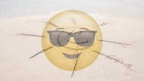 Smiley met zon in strand wordt getrokken dat