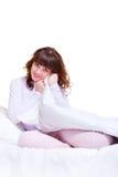 smiley piękna łóżkowa kobieta fotografia stock