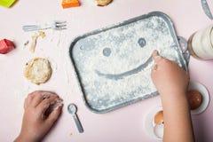 Smiley pintado na farinha Produção de casa de produtos de forno imagens de stock