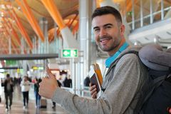 Smiley podróżnika dawać aprobaty zdjęcia stock
