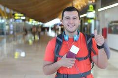 Smiley podróżnika etniczny dawać aprobaty zdjęcie stock