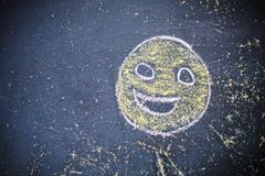 Smiley rysująca kreda na starej szkoły desce obraz royalty free