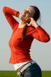 smiley słuchająca muzyczna kobieta Zdjęcia Royalty Free