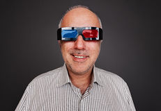Smiley senior man watching 3d movie Royalty Free Stock Photos