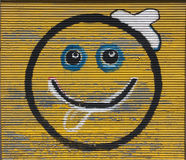 Smiley som ler sprej för framsidasymbolleende på fotoet för grafitti för vägg för metallark Arkivbild