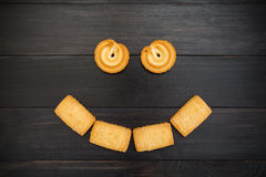 Smiley som utgöras av kakor Svart bakgrund Royaltyfria Bilder