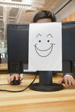 Smiley twarz na komputerze w biurze zdjęcia royalty free