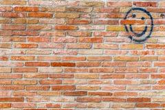 Smiley twarz rysująca na ściana z cegieł zdjęcia stock