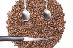Smiley twarzy kształt w kawowych fasoli tle Fotografia Stock