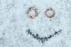Smiley van het huwelijk op de sneeuw met copyspace Stock Foto's