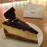 Smiley y pastel de queso foto de archivo