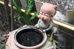 Smileybarn som göras från keramiskt Arkivfoto