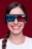 Smileyfrau in den Stereogläsern lizenzfreies stockfoto