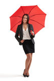 Smileyfrau unter rotem Regenschirm Stockbilder