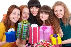 Smileyfrauen mit bunten Geschenkkästen Lizenzfreies Stockfoto