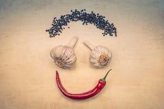 Smileygesicht von Gewürzen und von Holztisch als Hintergrund von der Spitze stockfotografie