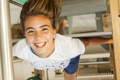 Smileymeisje met lang haar ondersteboven in een schommeling bij het park binnen Stock Afbeelding