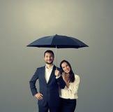 Smileypaar onder paraplu stock afbeelding