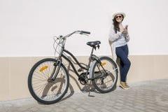 Smileywijfje met apparaat en fiets Stock Afbeeldingen