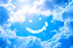 Smilie от облака и яркого солнца в голубом небе Стоковое Изображение