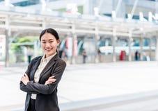 Smilie asiático moderno da mulher de negócio com espaço da cópia fotos de stock