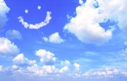 Smilie de nuage dans le ciel bleu Images stock