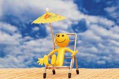 Smilie die van zon geniet Stock Foto