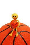 Smilie se reposant sur le basket-ball Photographie stock