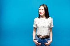 Smilig bonito novo da mulher no fundo azul Fotografia de Stock Royalty Free